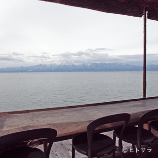 琵琶湖湖畔の高台に建つ、自然に満ち溢れたカフェ
