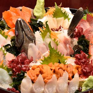 とびきり新鮮な北海道の地魚が満喫できる『刺身5人盛り』