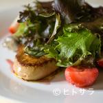 エピスカネコ - 『フォアグラ、いちご、鶏の砂肝コンフィと自家菜園のサラダ』