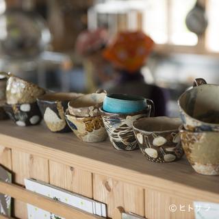 島野菜料理を彩る、沖縄在住陶芸家たちのやちむん