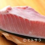 魚路 - 体温で脂が溶ける、口当たりの良い大トロのにぎり。店主自慢の一品『本まぐろ 大トロ』