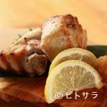 魚路 - その日、その時期旬の魚の「かま」を使用。程よい塩味の『本日のかまの塩焼き』