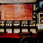 Wainya - ワインが並ぶ店内 黒板メニュー