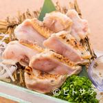 ちちり - コク深くジューシーな肉質。たき火のような香りもご馳走の『石垣黒鶏ムネ肉わら炙りたたき』