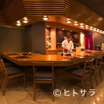日本橋逢坂 - 料理人の手元が見える、臨場感溢れる広々としたカウンター席