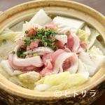 居酒屋 Raita - ヘルシーな豚肉と白菜を、さっぱりとたくさん味わえる『ヨシアキ鍋』 底には中華麺が隠れています