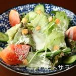 居酒屋 Raita - 近隣の農家から仕入れている野菜をたくさん食べられる『安定のサラダ』は、シーザードレッシングが決め手