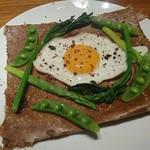 ルバーブ - 春野菜、豚ももハム、目玉焼きのガレット