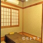 釣ヤ - 純和風の掘りごたつ式の個室で、足を伸ばしてリラックス