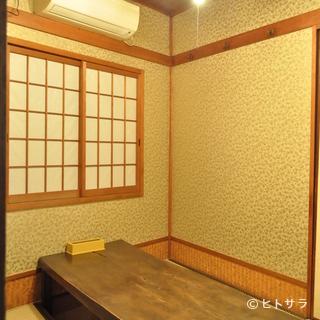 純和風の掘りごたつ式の個室で、足を伸ばしてリラックス