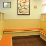 無添くら寿司 - 待合室