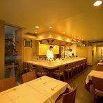 オリカサ - 臨場感あふれるカウンター席は大人気 ゆったりお食事してください。