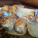 Sea Song - 店内では焼きたてパンも買えます。