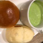 66032840 - リブロースランチ1600円のパンと豆スープ
