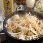 濱 放 者 - やや甘い旨みたっぷりの汁に、牛蒡の豊かな風味が加わった『濱モツ鍋(笹掻ごぼう入り)』