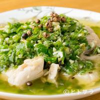 四川家庭料理 珍々 - 田舎風蒸し鶏に旬の青唐辛子をかけた『家郷鶏(ジャーシャージ)』