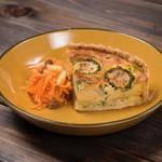 nu dish Mousse Deli & Cafe - 季節野菜たっぷり使用。本日のキッシュ