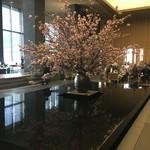 ザ・ラウンジ byアマン - ラウンジの大きな桜と池