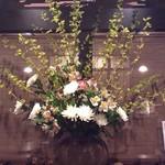 椿屋珈琲 花仙堂 - '毎週生花を入れ替えております。