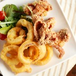 カフェ・ド・セラヴィ - オニオンリングフライ&阿波鶏のフライドチキン