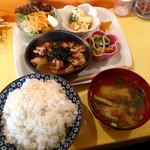 アリクイ食堂 - 鶏の照り焼き定食(¥900) 相変わらず野菜を一食でたくさんの種類を摂れるのは一人暮らしの者にはありがたいサービスだ。さらに食後に珈琲が付くが、ホットなら飲み放題。CPはかなり優秀である。