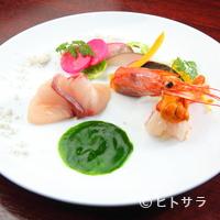 ビストロ ア ヴァン オー ルージュ - 市場で買付する新鮮魚貝を使った美しいコントラストを楽しめる『オードブル』