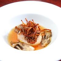 ビストロ ア ヴァン オー ルージュ - 秋にはコンソメ、冬にはポタージュなど食材と舌触りも四季折々に楽しめる『季節のスープ』