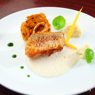 秋冬に旬を迎える「甘鯛」など、シェフ自らが市場で選ぶ鮮魚