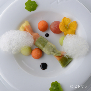 海外の最先端の技を、日本の食材に活かした料理を展開