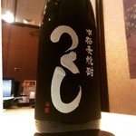 関内完全個室 ととどり - 福岡県 西吉田酒造『つくし 黒』 スモーキーで香り豊かなこの麦焼酎はどんな飲み方でもお楽しみいただけます。はっきりとした主張ある味、かといって飲みにくいこともなくスッと飲めてしまう。暑い日にはロックで。まだ寒い日もあるのでお湯割で。お好みで春を感じて頂ければと思います