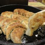 鉄なべ - 博多名物の鉄板焼き餃子です。