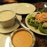 66059524 - それぞれサラダかスープが付いていて選べるので、一つずつ頼んでシェアしました。サラダには小海老が沢山。スープはコクのあるクラムチャウダー