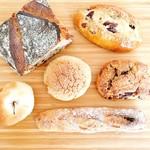 カタネベーカリー - 左上は「パン」という名称のパン(笑)。こちらはまた明日のお楽しみ…