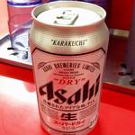味仙 - ビール(420円)を頼むと、冷蔵庫から出された缶ビールがそのまま手渡される。何ともシンプルである。