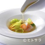 ル・ジャンティオム - 海の旨味を凝縮『北海道産 花ズッキーニのファルシに海の幸を添えて 生姜の香るホタテのコンソメと共に』