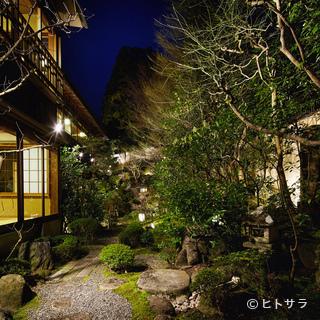 豊かな木々に名石を配した、町人文化華やかなりし頃の庭「石翆」