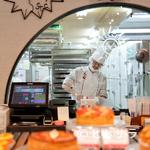 モンサンクレール - パティシエがスイーツをつくる姿が見えるガラス越しの厨房