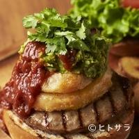 ヴィレッジヴァンガード ダイナー - フレッシュなパクチーがビーフパティの旨みを引き立てる『エスニックバーベキューバーガー』(110g patty)