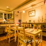 Cafe T - くつろいで食事ができる、カジュアルな雰囲気に整えられた店内