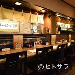 活魚料理 いか清 - 自慢の活イカもすぐさま供されるカウンター席