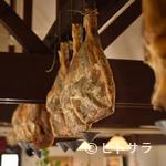 レストラン・バスク - 年間約35頭分、70本仕込む自家製の生ハム