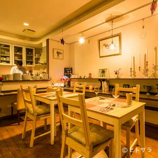 くつろいで食事ができる、カジュアルな雰囲気に整えられた店内