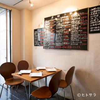 外観は台湾・香港の屋台風。店内はカフェのような空間