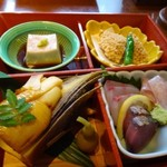 66072001 - ◆こちらには「焼き筍」「ごま豆腐」「魚のあられ揚げ」「お刺身」など。