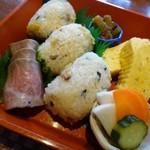 66072058 - ◆こちらの箱には「ローストビーフ」「蕗の鰹和え」「アサリ炊き込みご飯のおにぎり」「玉子焼き」「香の物」など。