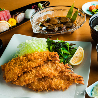 地元の港で揚がった旬の魚料理も豊富に揃う