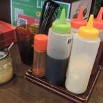 油そば アキバ商店 - 卓上にある調味料