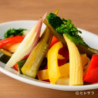 色鮮やかな季節の野菜をたっぷりつかった料理が堪能できる