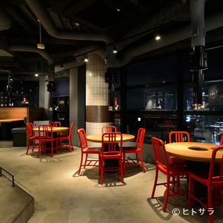 料理だけでなく、壁面に広がる夜景も魅力です