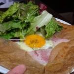 LeBRETON - ◆ガレットは大き目で、ハムやチーズがタップリ。中央に半熟卵がのせられていて思ったよりボリュームがありました。